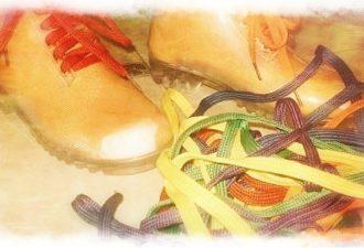 Эффект этого милого ритуала просто сногсшибательный! По крайней мере, изменения в лучшую сторону могут начаться фактически в тот же день! А сами желания исполнены уже на следующий… Заинтригованы? Что же, давайте приступим… Для выполнения следующего симоронского ритуала вам потребуются… шнурки! Да-да, те самые, которыми мы привыкли завязывать ботинки и предметы гардероба. Вы можете использовать шнурки разного цвета (я, например, для двух желаний брала темно-синий и оранжевый), вот только советую отказаться от черного цвета. Не потому что он плохой, а из-за того, что немного ограничивает наше мировосприятие (дает лишние размышления по поводу обуви). Кстати, совершенно неважно, возьмете ли вы новый шнурок или уже где-то использованный. Итак, когда в ваших руках окажется шнурок, загадайте желание. Подойдите к загадыванию очень ответственно! Важно, чтобы в формулировке не было лишних слов, прошедшего или будущего времени, «хочух» и отрицаний. Чем четче оно будет, тем скорее воплотится в жизни! Теперь найдите в квартире место, куда можно было бы его привязать. Желательно, чтобы это был какой-то ваш уголок, или такое пространство, где вы любите находиться. Куда можно привязать шнурок? На дверцу шкафа, ручку, стул, кровать и так далее. Перед тем как начать, произнесите вслух свое желание. Затем привязывайте шнурок со словами: «Шнурок завязываю, желание к себе привязываю» Вот и все. Одного узелка будет вполне достаточно, но если хотите сделать больше – пожалуйста, ограничений нет!