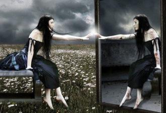 Чем опасно зеркало в спальне?