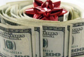 Эти надписи помогают быстро разбогатеть и сохранить ваши деньги. 1. Написать зелеными чернилами на голубой бумаге: «ГПМКБЦ». Носить в кошельке. 2. Написать синими чернилами на розовой бумаге: «ВЦМКГУ».Хранить в сейфе или шкатулке. 3. Написать красными чернилами на розовой бумаге: «ПРДКФВ». Хранить дома. 4. Написать синими чернилами на белой бумаге: «УМХКБР». Носить с собой в кошельке. 5. Написать зелеными чернилами на желтой бумаге: «ДДВЦМП». Носить в кармане. 6. Написать на бумаге и вложить в папку с деловыми документами, в ручку, которой подписываете договора: «КНИРК ВУПНККМ». Писать все без кавычек. Не стоит относиться скептически к этим наборам букв и другим фразам-заговорам на «тарабарском» - они действительно помогают и просты в использовании. Честно говоря, я не помню, что это. Часть привезла двоюродная бабушка с Киева еще когда я была ребенком. Коды и значения помню, а что это – нет. Вроде бы эти коды дали людям архангелы, «ВУПНККМ» было начертано на мече архангела Михаила, остальное тоже в этом роде (легенда). Часть кодов я встречала в газетах, пояснений о составлении не встречала нигде.