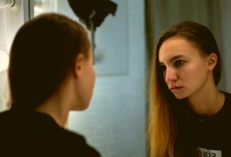 Зеркальная медитация, которая помогает мне влюбляться в себя снова и снова